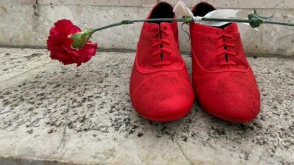 """8 Marsi në Durrës, """"Këpucët e kuqe"""", homazh ndaj viktimave të dhunës"""