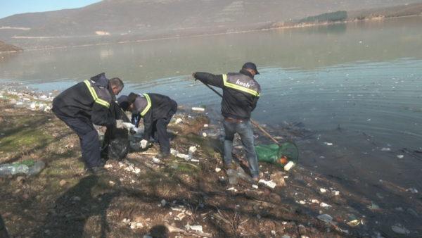 Fierza e ndotur, KESH dhe Bashkia nisin pastrimin e Liqenit të Kukësit