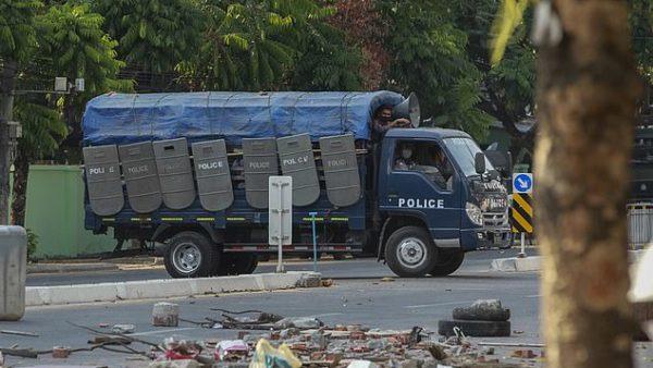 Rrugët e Mjanmarit vijojnë të përgjaken, policia qëllon me armë mbi qytetarët, 12 të vrarë