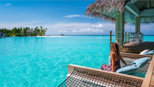 """Turizmi ndërkombëtar tenton të ringjallet. Fjala kyçe? Ishujt e """"vaksinuar"""""""