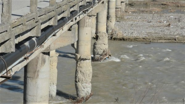 Dekada pa investim, rrezik shembjeje për urën e Shkumbinit në Peqin