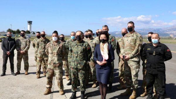 """""""Defender Europe 21"""", ambasadorja Kim mirëpret ushtarët amerikanë në Shqipëri"""