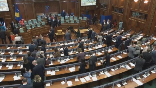Helmimi i qytetarëve në Deçan, qeveria dhe opozita përplasen në Kuvendin e Kosovës