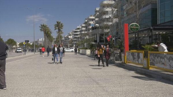 Kërkesa e bizneseve në Vlorë, të shtyhet ora policore
