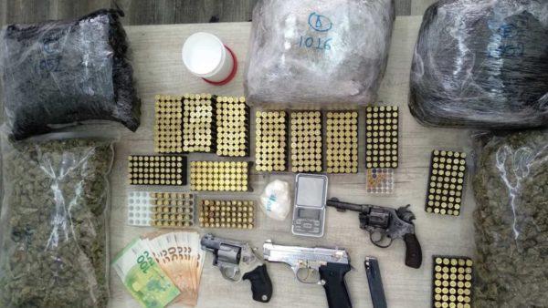 """""""Drogë me porosi"""", bllokohet kokainë, hashash, 3 pistoleta dhe 639 fishekë"""
