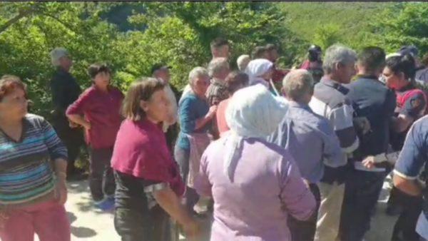 """""""Beteja"""" për ujin, banorët e fshatit përleshen me policinë"""