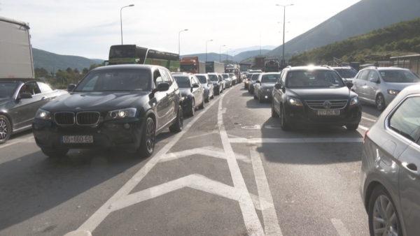 Fluks i lartë mjetesh nga Kosova drejt Shqipërisë, radhë në Morinë