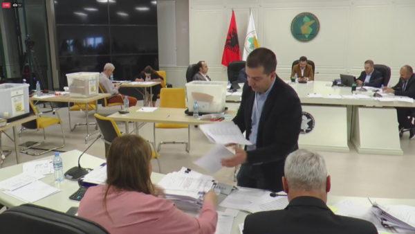 Hapja e kutive nxjerr zbuluar komisionerët e partive