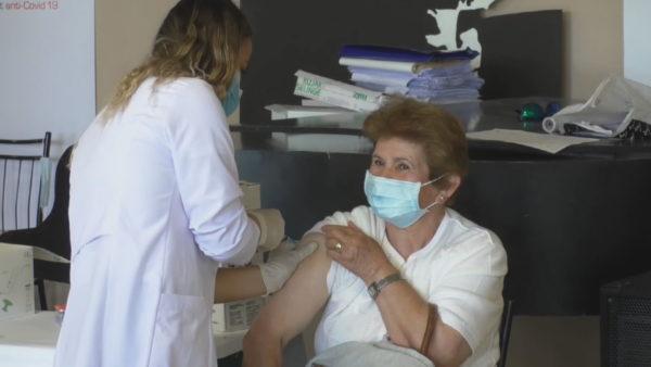 Rinis vaksinimi në rrethe, qytetarët po marrin dozën e dytë të vaksinës kineze
