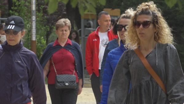 Maska nuk mbahet: Qytetarët ulin vigjilencën, s'respektojnë masat në ambiente të hapura