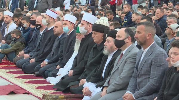 """Falja e Fitër Bajramit. Besimtarët në sheshin """"Skënderbej"""", lutje për shëndet e begati"""