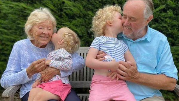 Një vit pandemi, miq dhe familjarë mund të përqafohen në Britaninë e Madhe, Johnson njofton lehtësimet
