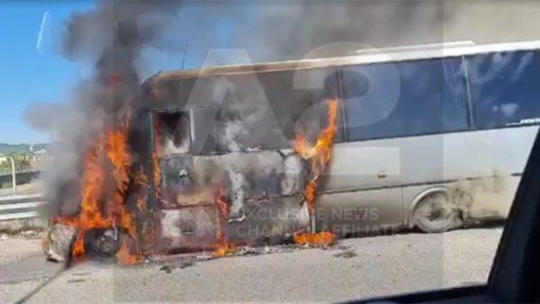 Përfshihet nga flakët një autobus në rrugën Kavajë-Lushnje