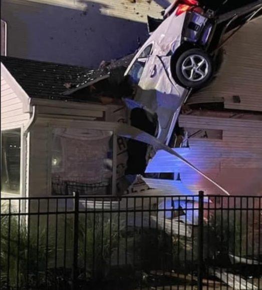 Të ekzaltuar pas mbrëmjes së maturës, përfundojnë me makinë brenda në shtëpi