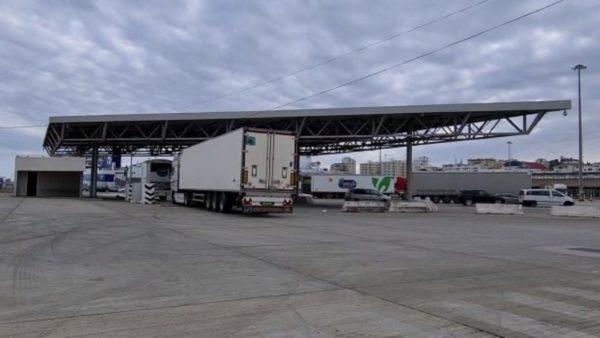 Porti i Durrësit, zbulohen pako me para në furgonin nga Britania e Madhe