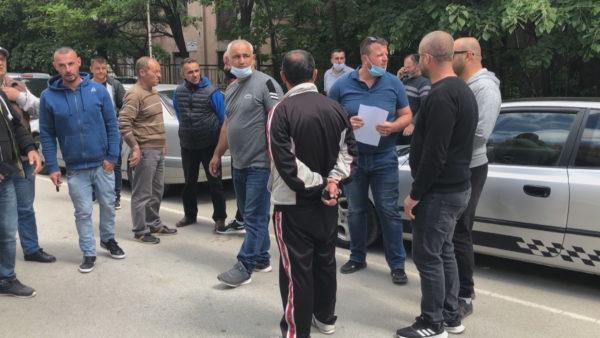 Bashkia e Korçës nis gjobat, protestë nga shoferët e furgonëve dhe taksive