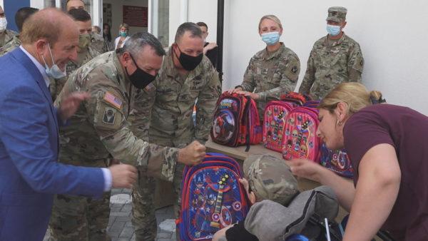 Dhurata për nxënësit në Kamzë, ushtarët amerikanë vendosin nga 2 mijë dollarë secili