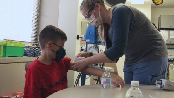 Rregullatori jep aprovimin, prindërit amerikanë përgatiten për vaksinimin e fëmijëve