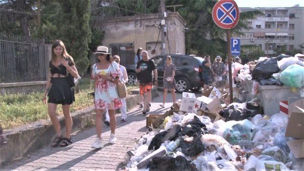 Plehrat mbulojnë koshat në Durrës, nuk mblidhen prej 2 ditësh