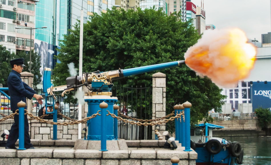 Kalojnë vitet dhe ndryshojnë sunduesit, por një top ushton çdo mesditë në Hong Kong
