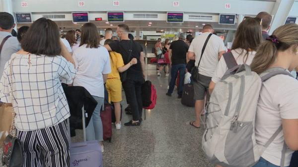Turizmi në pandemi, Shqipëria e hapur, por shqiptarët me tampon drejt Europës