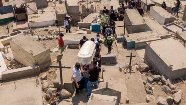 Peruja rishikon shifrat e pandemisë, bëhet vendi me vdekshmërinë më të lartë