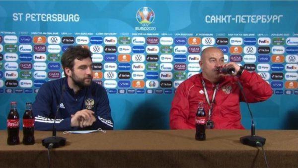 Lojtarët nuk e duan, trajneri i Rusisë kthen shishen e Coca-Colas