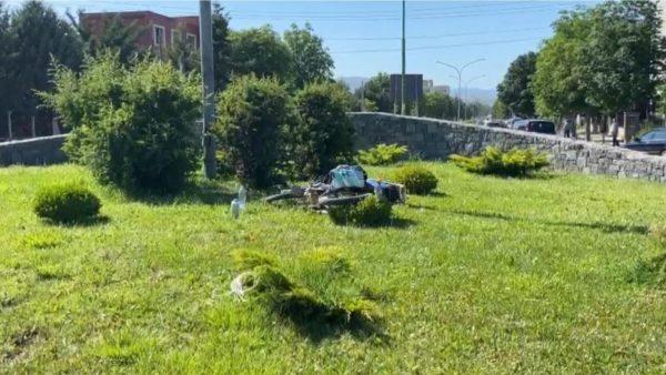Motori humb kontrollin dhe përfundon në lulishte në Korçë