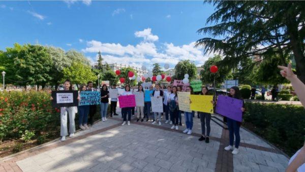 Të rinjtë e Pogradecit, marshim ndërgjegjësues për krimet seksuale ndaj të miturve