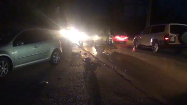 Makina përplas motorin, një person në gjendje të rëndë