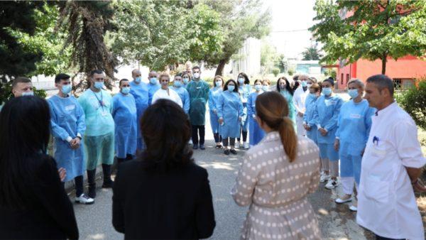 Komanda e SHBA dhuron 1 mln dollarë pajisje mjekësore, Kim: Kujtoni që populli amerikan përkujdeset