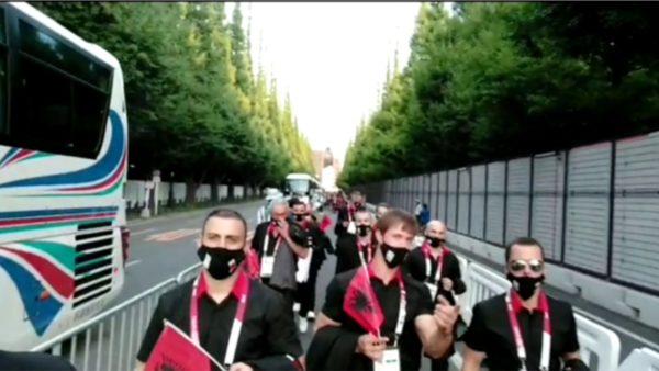 Delegacioni shqiptar mbërrin në stadiumin e Tokios para ceremonisë së hapjes së Lojërave Olimpike