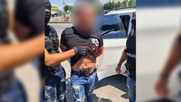 Me kokainë dhe municion luftarak, përplasin makinën e policisë, arrestohen 4 persona në Durrës