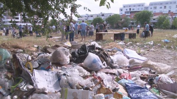 Protesta e tregtarëve në Durrës, bashkia i vendos në një fushë me shkurre e plehra