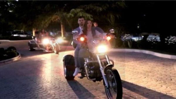 """Mbrëmja e maturës në Durrës, vajzat mbërrijnë me """"Harley Davidson"""""""