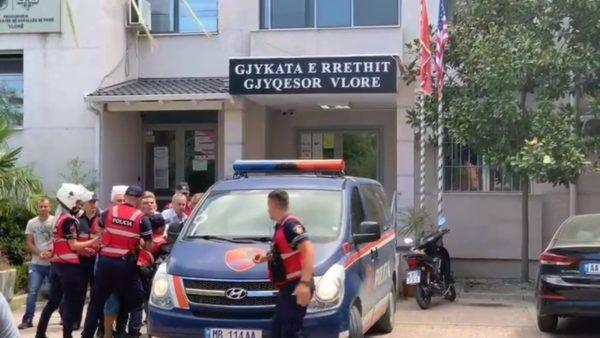 Filmuan përplasjen me gjyqtarin në Vlorë, Gjykata jep masa arresti për tre vëllezërit Myslimi