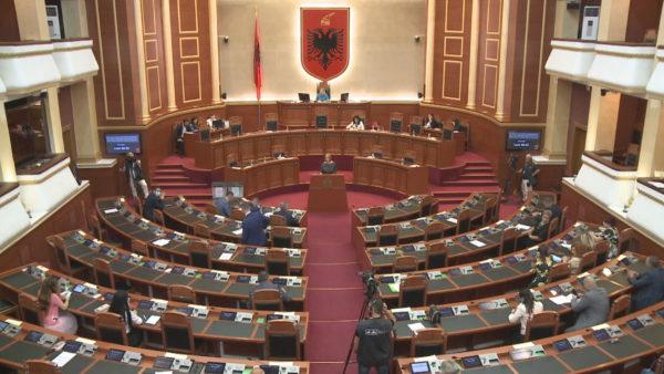 Kushtetuesja hapi listat, opozita parlamentare shpall fitoren, njofton pazar në shtator