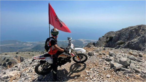 Për herë të parë, dy djem nga Kosova ngjisin majën e Çikës në Vlorë me motorra