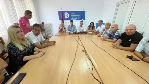 Largohen nga PD 13 anëtarë në Korçë, mes tyre dhe Andrea Mano: Të revoltuar nga arroganca e lidershipit