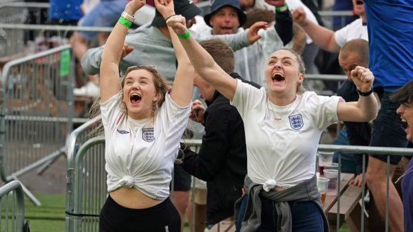 """Festa e """"çmendur"""" e anglezëve pasi i shënuan Danimarkës"""