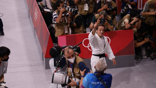 Distria Krasniqi i dhuron medaljen e artë Kosovës në Tokio