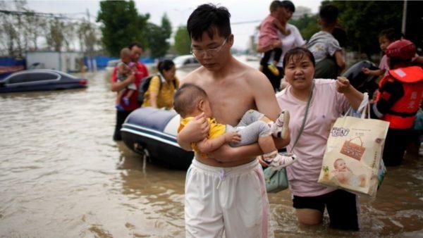 Përmbytjet në Kinë, fëmija 3-muajsh nxirret nga rrënojat, vdes nëna heroinë