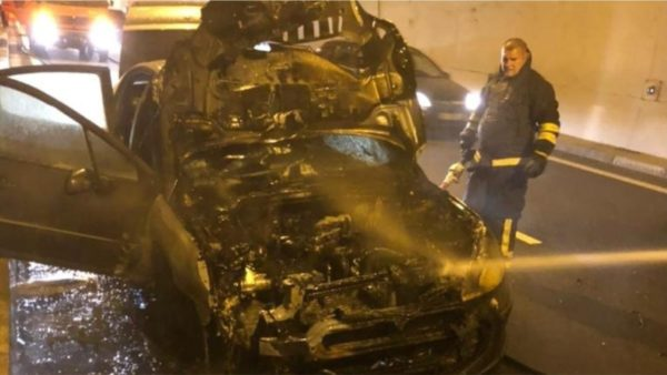 Digjet automjeti i shtetasit amerikan në tunelin e Kalimashit