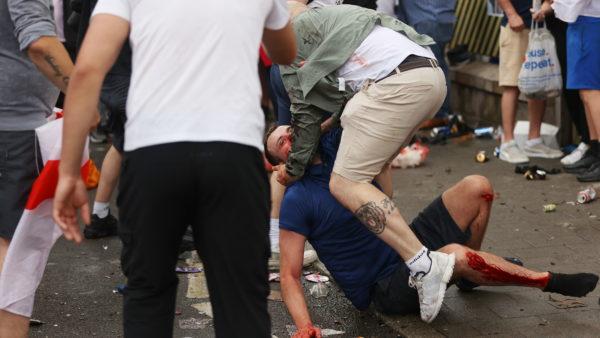 Tifozë pa bileta mësyjnë stadiumin Wembley, ndërhyn policia