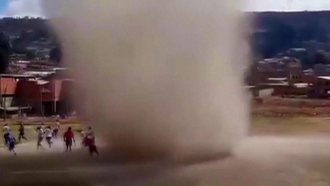 vorbulla ne bolivi nderpret ndeshjen e futbollit 1100x620