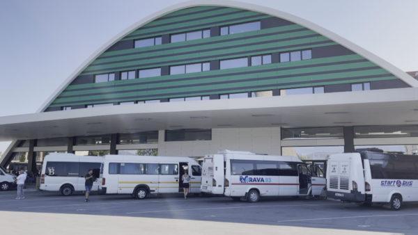 """Korçë, pronarët e autobusëve kundër tarifave të terminalit, """"po falimentojmë"""""""