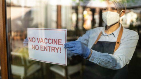 """""""Jo vaksinë, jo shërbim"""", në Florida, mbyllen baret e restorantet për të pavaksinuarit"""