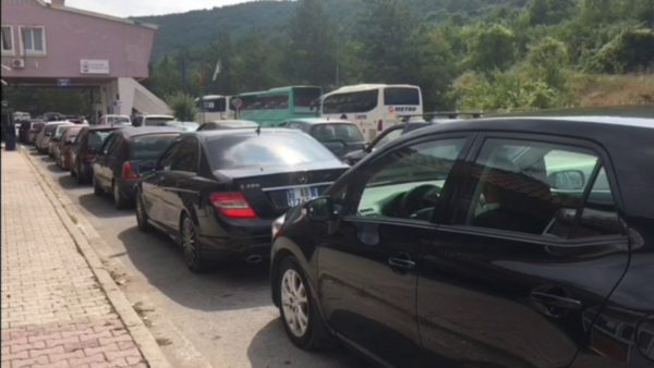 Radhë të gjata makinash në Kakavijë dhe Kapshticë, grekët vijojnë të punojnë me një sportel