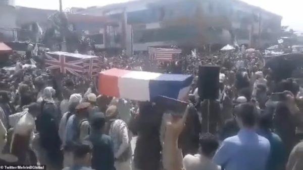 """""""Varrimi i Perëndimit""""… Talebanët organizojnë ceremoninë tallëse pas largimit të avionëve të fundit"""