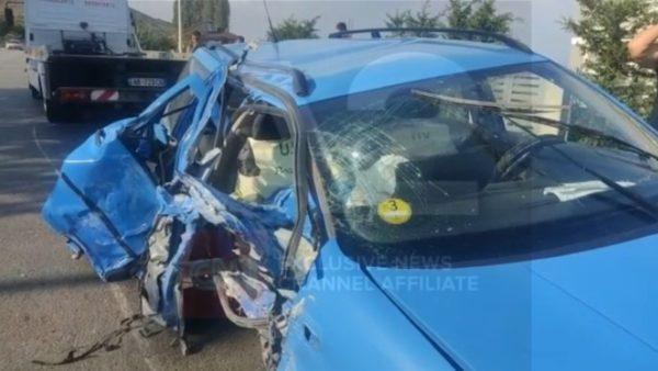 Makina shkatërrohet pas përplasjes me trafikndarëset, plagoset drejtuesi